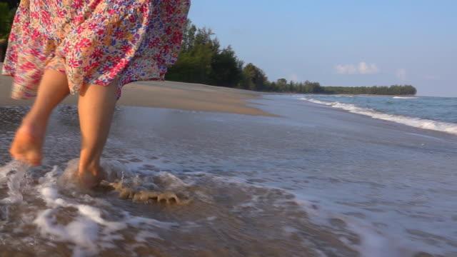 vidéos et rushes de hd slow motion: belles femmes marchant sur la plage de sable - seulement des adultes