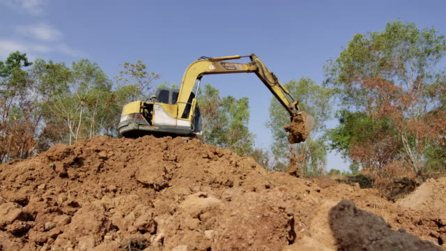 slow motion,excavator shovel digs into a ground - pala meccanica video stock e b–roll