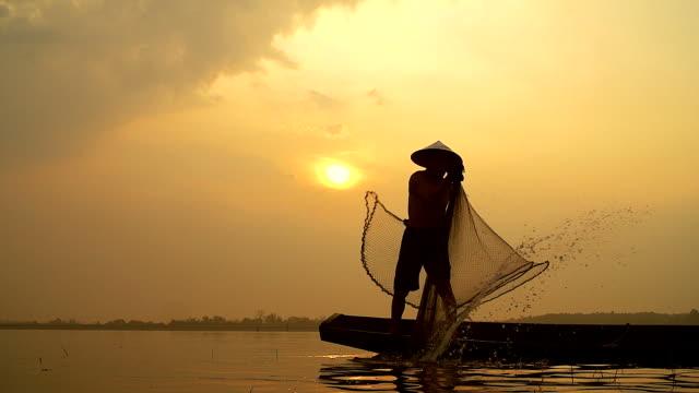 HD slow motion: lokale levensstijlen van visser werken in de ochtend zonsopgang.
