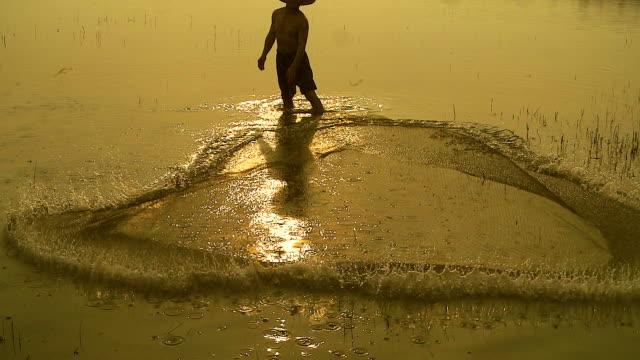 HD Câmara lenta: Local de estilo de vida de Pescador do nascer do sol de manhã.
