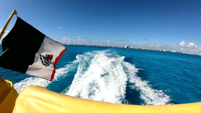 vídeos y material grabado en eventos de stock de bandera de movimiento lento: mexicano en un ferry desde playa del carmen a cozumel - playa del carmen