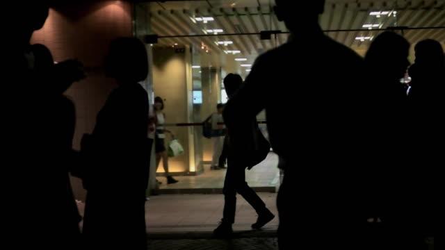 slow motion.pedestrians walking in shinjuku at night. tokyo,japan - 駅点の映像素材/bロール
