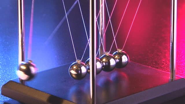 stockvideo's en b-roll-footage met slow motions of newton's cradle showing metal balls moving - slinger van newton