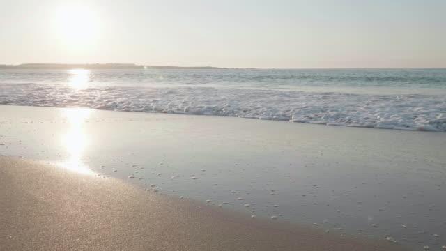 vídeos de stock, filmes e b-roll de movimento lenta: onda quebrando a praia, irlanda - província de ulster