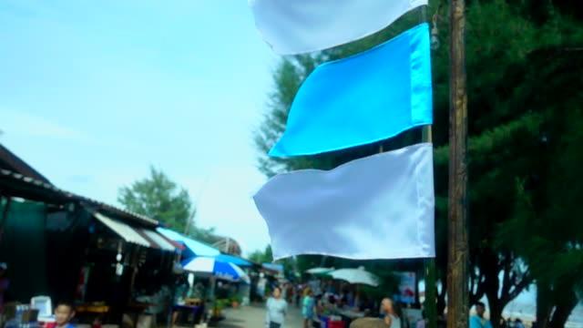 スローモーション、白と青のフラグが吹いて - 夏休み点の映像素材/bロール