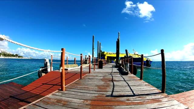 vídeos de stock e filmes b-roll de slow motion:wooden pier and fishing boats on a caribbean beach - riviera maia