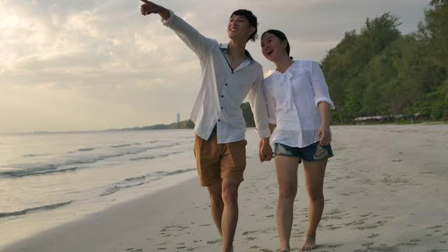 zeitlupe:junges paar am strand. - exklusiv stock-videos und b-roll-filmmaterial