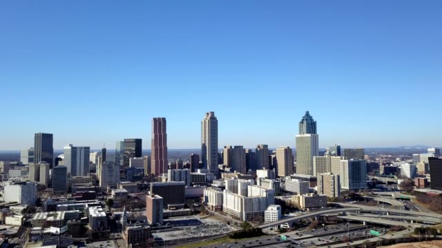a slow pan across atlanta on a clear, sunny day. - wide shot点の映像素材/bロール