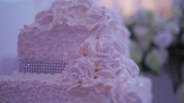 vídeos y material grabado en eventos de stock de slow pan and rack focus, wedding cake and flowers - glaseado para postres