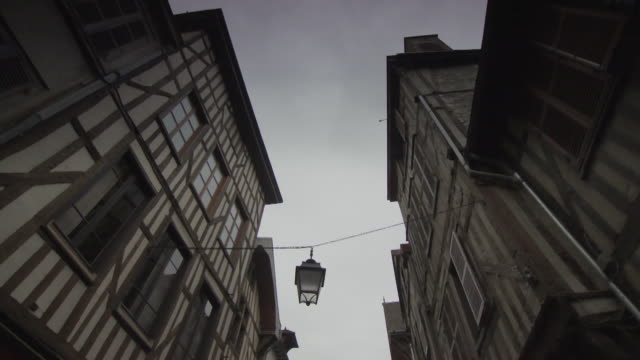 slow pan between imposing timber-framed houses in a narrow street in the town of troyes, france. - 17世紀点の映像素材/bロール