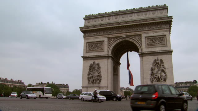 slow pan of cars passing the arc de triomphe - 凱旋門点の映像素材/bロール