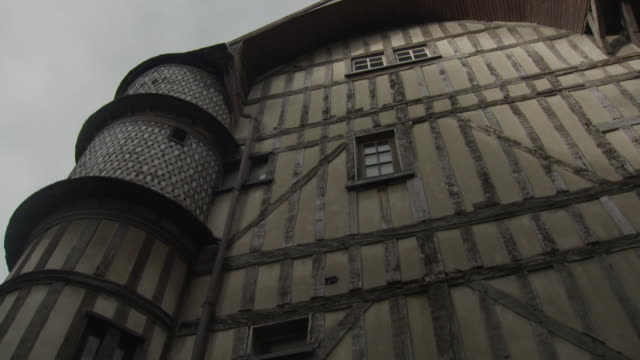 slow pan over a the timber-framed baker's house with orfèvre turret in troyes, france. - xvii° secolo video stock e b–roll