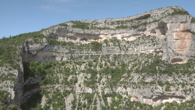 vidéos et rushes de slow pan over the gorges de la nesque (canyon of nesque) - mountain range