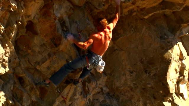 stockvideo's en b-roll-footage met slow power rock climbing - vrij klimmen