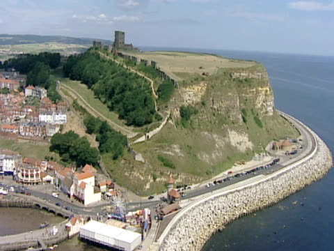 gvs, ws of slow sweep, urban coastline. scarborough, uk - scarborough inghliterra video stock e b–roll