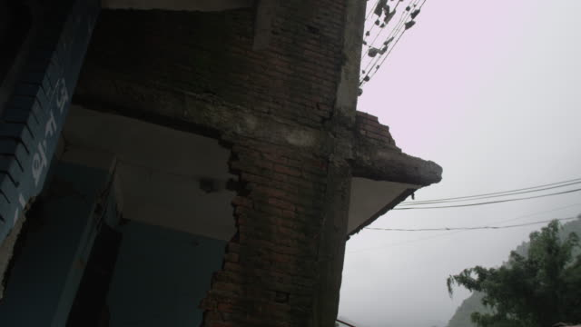 barabise, nepal - july 31, 2015: slow tilt down destroyed house, rubble from first floor - rubble stock-videos und b-roll-filmmaterial
