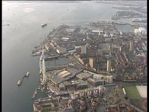 slow track forward over seafront including spinnaker tower portsmouth - 英国ハンプシャー点の映像素材/bロール