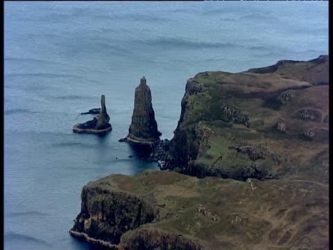 vídeos de stock e filmes b-roll de slow track forward towards idrigall point and macleod's maidens (rock stacks) isle of skye - hébridas