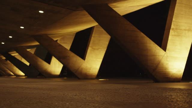 vídeos de stock, filmes e b-roll de slow tracking shot of ground floor of a building in rio de janeiro, brazil - fotografia de alta velocidade