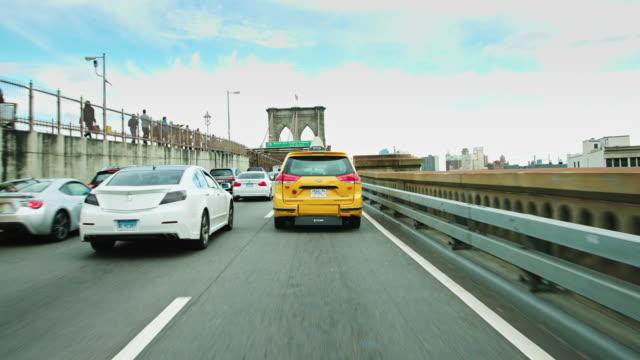 vídeos de stock, filmes e b-roll de slow traffic on the brooklyn bridge - distrito da moda manhattan