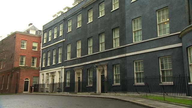 vídeos de stock, filmes e b-roll de slow zoom from a wide angle to the front door of number 10 downing street - janela saliente