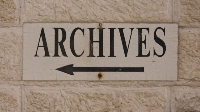 vídeos de stock, filmes e b-roll de slow zoom into sign reading 'archives' - bbc archives