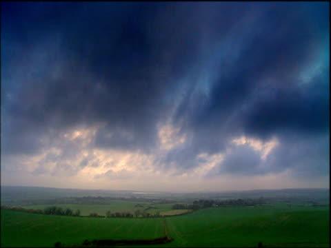 vidéos et rushes de slow zoom into storm clouds gathering above south downs sussex - orage