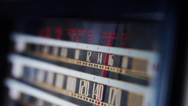 vídeos de stock, filmes e b-roll de lento zoom na rádio vintage - antiguidade