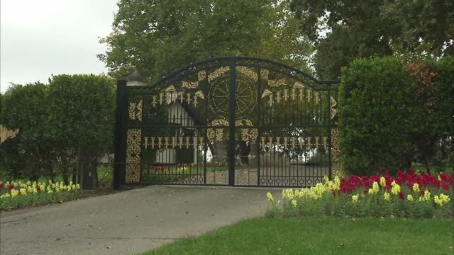 slow zoom out shot of the black and gold entry gates to the neverland ranch property in los olivos, california, a wide shot of the neverland ranch... - ネバーランドバレーランチ点の映像素材/bロール