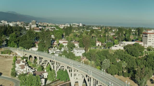 コロラドストリートブリッジとパサデナダウンタウン(カリフォルニア州)のゆっくりと上昇する空中ショット - カリフォルニア州 パサデナ点の映像素材/bロール