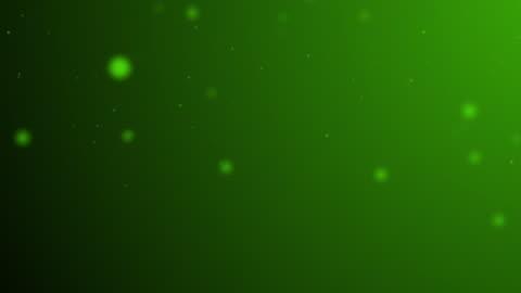 vídeos y material grabado en eventos de stock de poco a poco en movimiento bosque verde bokeh, luces brillantes, reflejos de luz desenfocados en un degradado de color 4k loopable video de movimiento borroso para conceptos de invierno, nieve, amor, transiciones, navidad, eventos sociales de fiesta, evento - less than 10 seconds