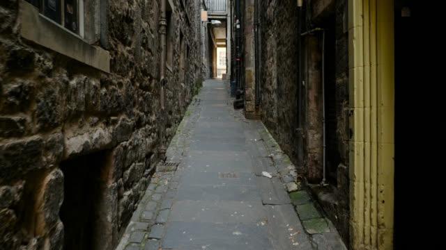 vídeos de stock e filmes b-roll de pov slowly walking through narrow alleyway - beco