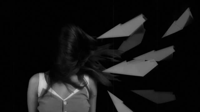 vídeos y material grabado en eventos de stock de bw retrato lento de mujeres jóvenes - avión de papel
