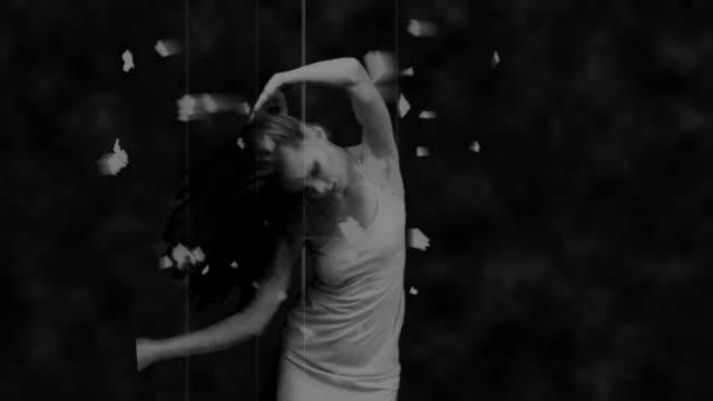 vídeos de stock e filmes b-roll de bw slowmo video with dancing girl - levitação