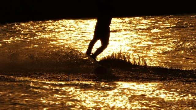 夕暮れ時のスローモーション: ウェイク ボード - ウェイクボーディング点の映像素材/bロール
