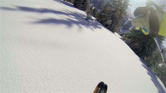 vídeos de stock, filmes e b-roll de câmera lenta de esqui alpino em pinheiros - forma da água