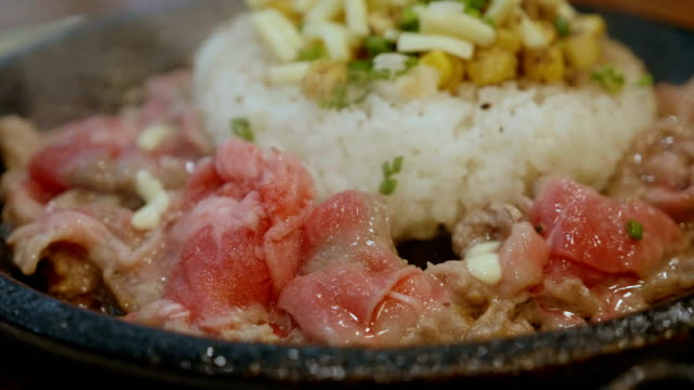 vídeos de stock e filmes b-roll de slow-motion beef pepper japanese rice on hot plate. - agrafo