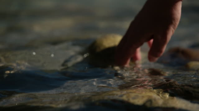 vídeos y material grabado en eventos de stock de slow-motion, close-up shot of a hand dipping into and cupping fresh water of the ganges as it runs through the indian himalayas. - rústico