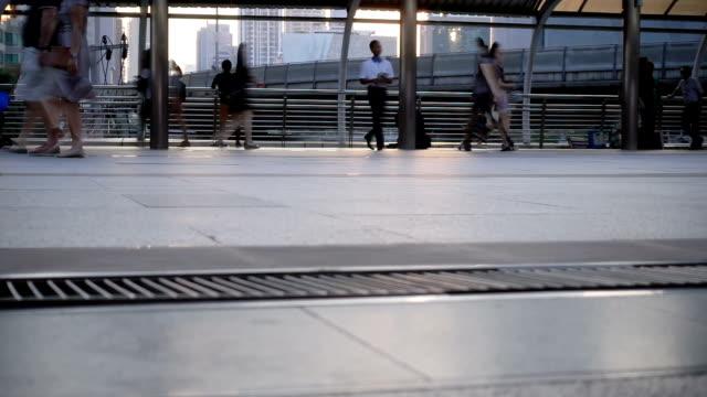 スローモーション、通勤歩行者群衆。 - スーパースローモーション点の映像素材/bロール