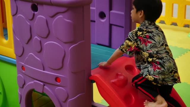 zeitlupe, niedlicher junge klettertreppe - spielzeughaus stock-videos und b-roll-filmmaterial