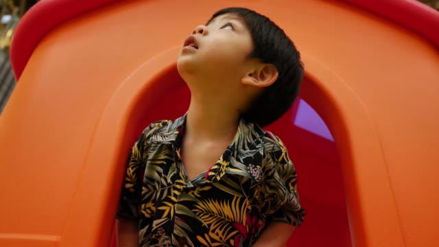 zeitlupe, glücklicher junge spielen spielzeug auf spielplatz - spielzeughaus stock-videos und b-roll-filmmaterial