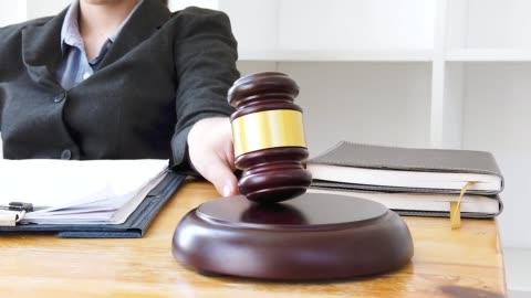 slow-motion trifft holzgavel von richter im gerichtssaal recht und recht, rechtsanwalt, gerichtsrichter, konzept. - law stock-videos und b-roll-filmmaterial