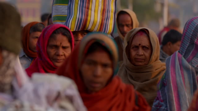 vidéos et rushes de slow-motion sequence showing people at the gangasagar mela, west bengal, india. - pèlerinage