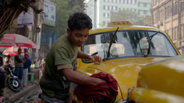 vidéos et rushes de slow-motion sequence showing people on streets in kolkata, west bengal, india. - yellow taxi