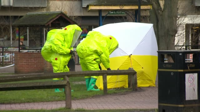 vídeos y material grabado en eventos de stock de slowmotion shots of forensics officers inspecting the scene of the poisoning of sergei and yulia skripal in salisbury - tienda de campaña