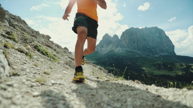 zeitlupen-trail-running-auf hohen berg - menschlicher fuß stock-videos und b-roll-filmmaterial