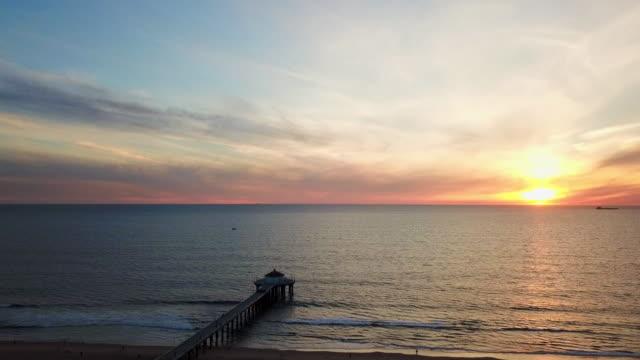 vídeos de stock, filmes e b-roll de slow-motion: waves and the sunset of the beach - boa postura