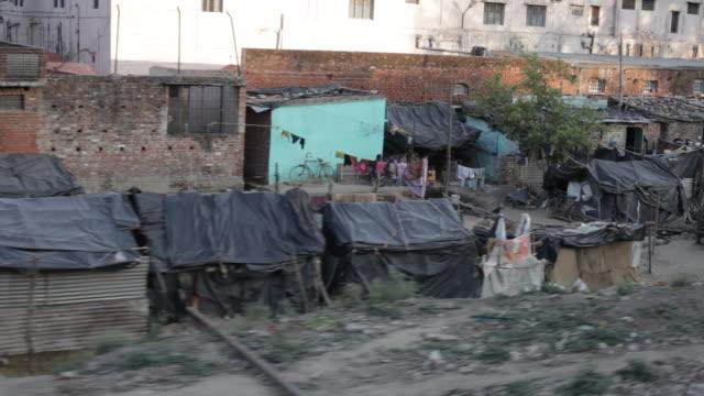 vídeos de stock e filmes b-roll de pov ws pan slum dwellings / india - pobreza questão social