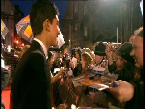 vídeos y material grabado en eventos de stock de slumdog millionaire star dev patel signs autographs at british academy film awards london 8 february 2009 - autografiar
