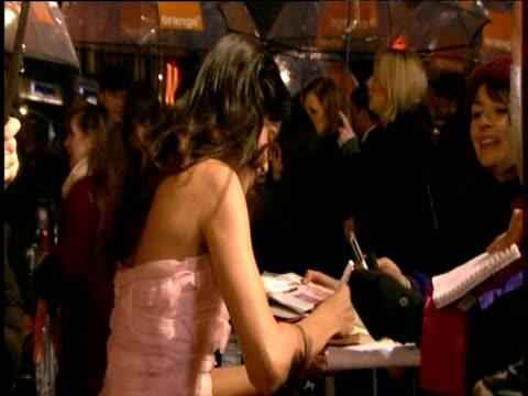 vídeos y material grabado en eventos de stock de slumdog millionaire star freida pinto signs autographs at british academy film awards london 8 february 2009 - autografiar